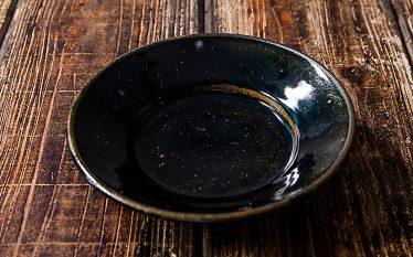 うつわの世界~鉄釉の黒に食材とガラスの輝きをプラス~