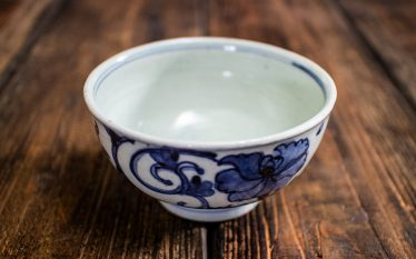 うつわの世界~牡丹柄・染付の茶碗~