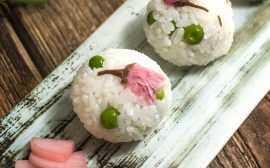 行楽のお弁当にもぴったり! 桜とグリーンピースの手鞠ごはん