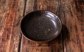 うつわの世界~黒の丸皿を夏の雰囲気に~